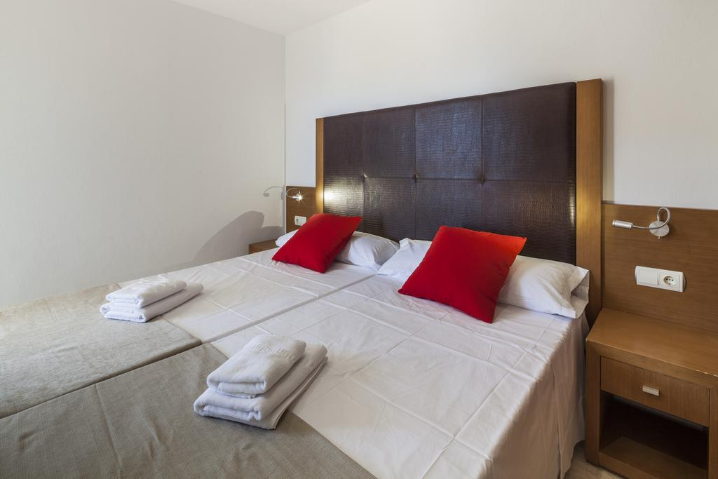 Large lovely apartment just a step from Play d en Bossa s nightlife IBHEAAP Bedroom2