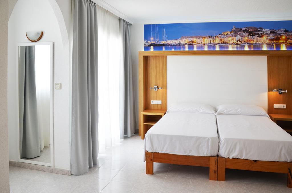 Stunning apartment with pool SAN ANTONIO BAY SAMARAP Bedroom 3